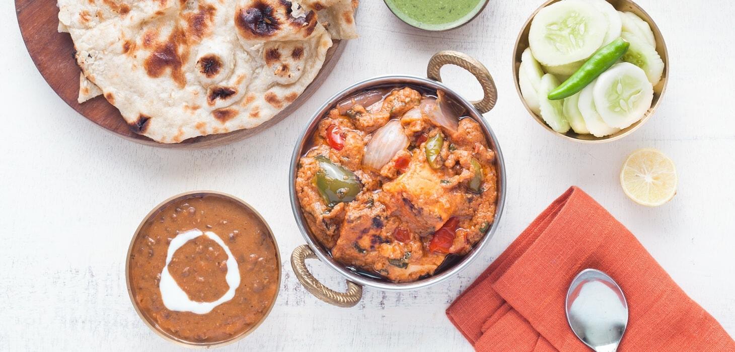indisches Fleischgericht mit Naanbrot