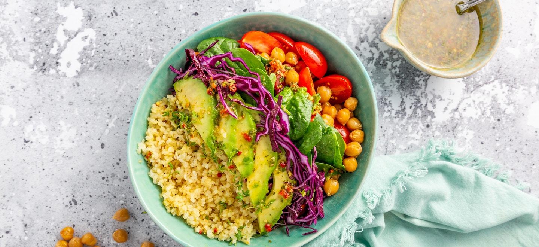 Bunte Salat Bowl mit Dressing Mix