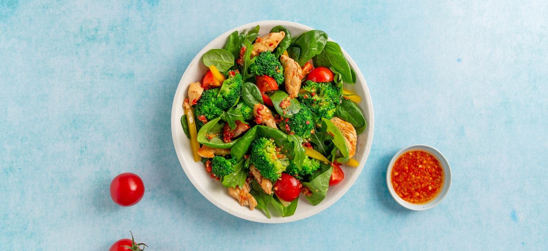 Power Salat mit Brokkoli, Hähnchen und Dressing Mix