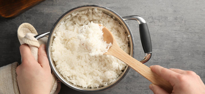Reis kochen im Kochtopf