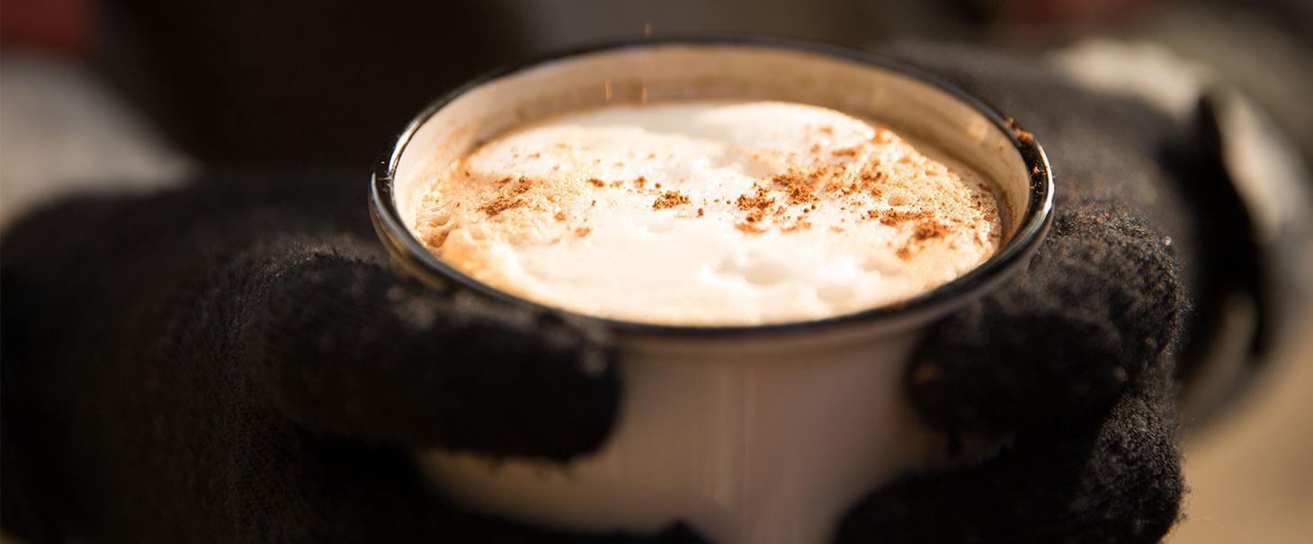 Heisser warmer Kaffee mit einer Prise Kaffee Kuss