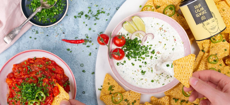 Sour Cream mit Nachos und Tomatensalsa