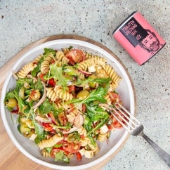 Sonniger Nudelsalat mit Zucchini und Feta