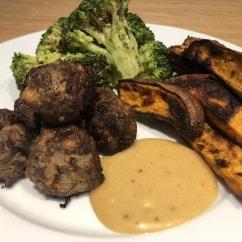 Meatballs mit Brokkoli und Süßkartoffel Spalten