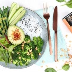 Green Bowl mit Erdnuss-Koriander-Dressing