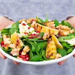 Spinatsalat mit Birnen und Granatapfel Vinaigrette