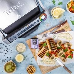 Gegrillte Wraps mit Hackfleisch und Sauerkraut auf Gemüsesalat