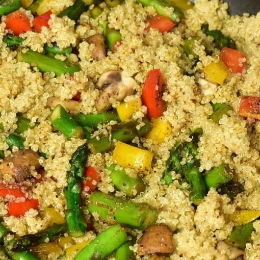 Quinoa mit Spargel und Paprika