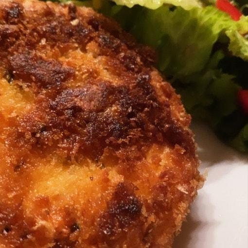 Panierter Käse mit Mango-Salat