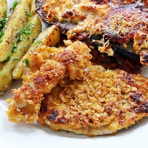 Knusprige Cornflakes-Hähnchenfilets mit Wedges