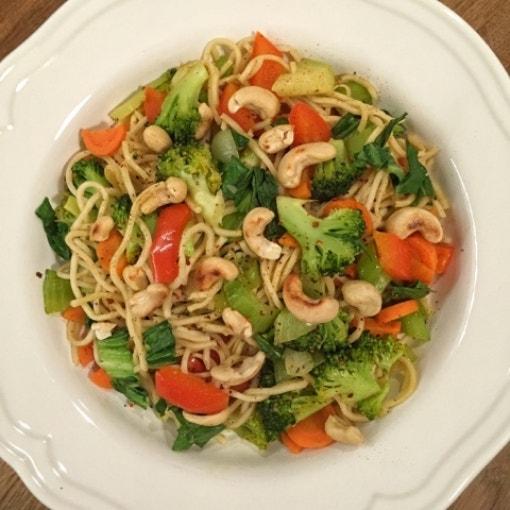 Asia Nudeln mit Gemüse & Cashewkernen