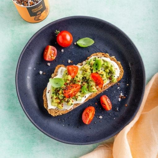 Avocado-Frischkäse Brot mit Tomaten