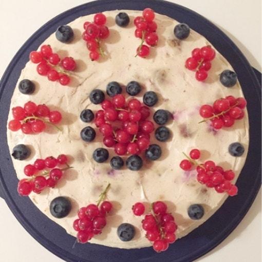 Beerenkuchen mit Buttermilch und Vanilleschmand