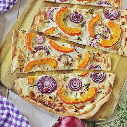 Kürbis-Zwiebel-Rosmarin-Flammkuchen