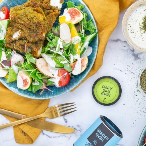 Kräuterschnitzel mit buntem Salat und Quark-Joghurt-Dressing