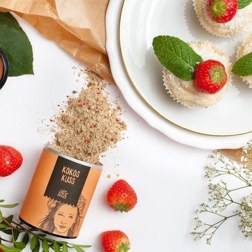 Kokoskuss Cupcakes mit Erdbeeren