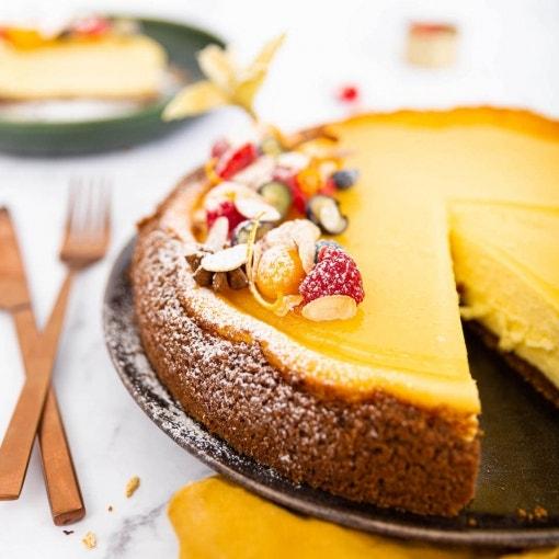 Cheesecake mit Spekulatiusboden und weißem Glühweinspiegel