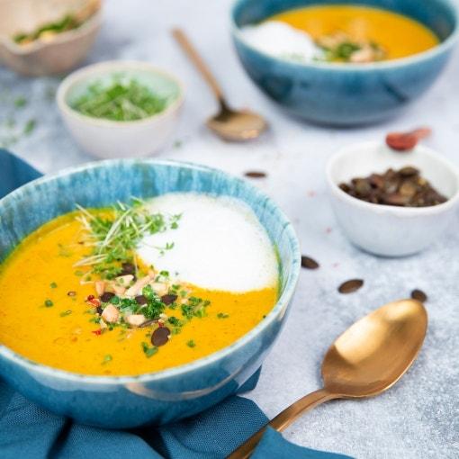 Kürbissuppe mit Kürbiskernen und Milchschaum