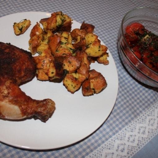 Hähnchenschenkel, Gefülltes & Tomatensalat