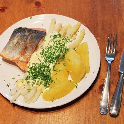 Lachsfilet mit Spargel, Kartoffeln & Hollandaise