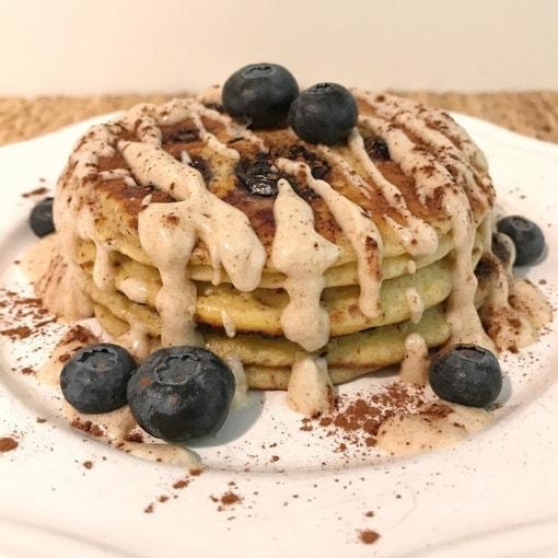 Blaubeer Pancakes mit zimtiger Frischkäseglasur