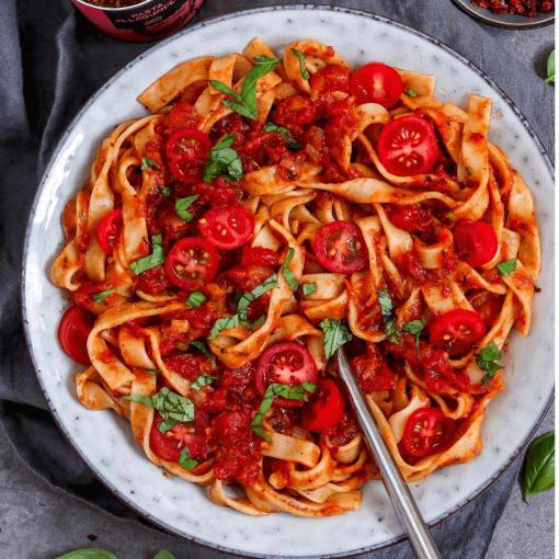 Tagliatelle mit Tomaten-Basilikum Sauce