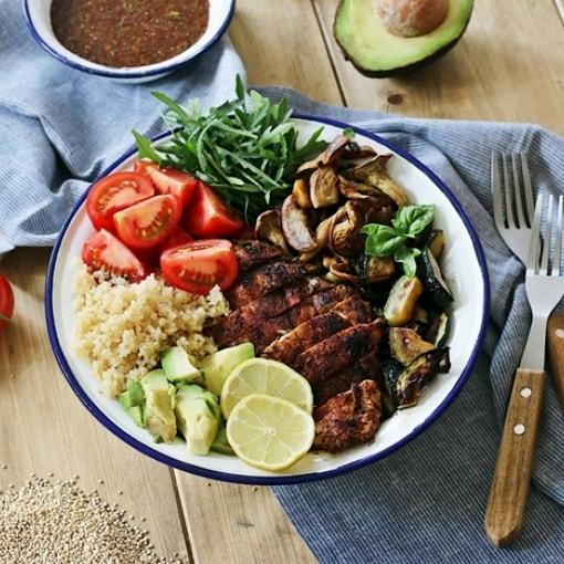 Quinoa-Bowl mit Kräuter-Dressing