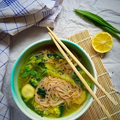 Thai-Nudelsuppe und grünem Gemüse