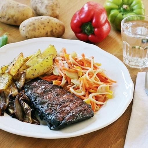 Spareribs mit Kartoffelwedges & Rohkostsalat
