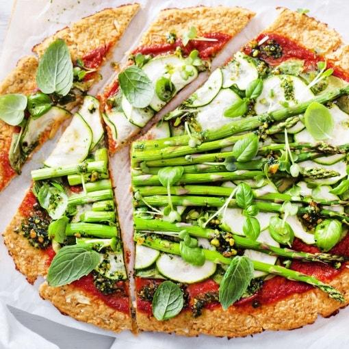 Spargel-Zucchini-Pizza mit Minzpesto