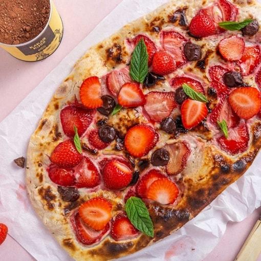 Süßer Flammkuchen mit Erdbeeren