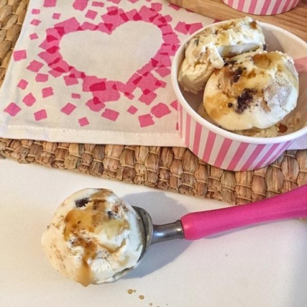 Ahornsirup-Eis mit Keksteig-Stückchen
