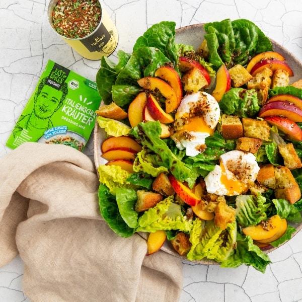 Fruchtiger Salat mit pochierten Eiern