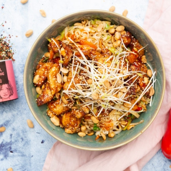 Asia Wok-Bowl mit Hähnchen und Erdnüssen