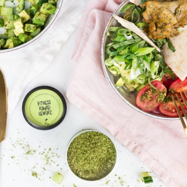 Frühstücks-Rührei Bowl mit Avocado-Gurkensalat