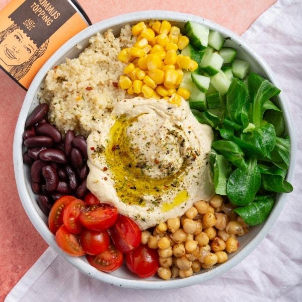 Bunte Bowl mit Hummus