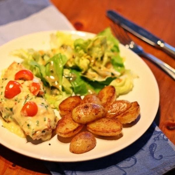 Überbackene Hähnchenbrust, Drillingen & Salat