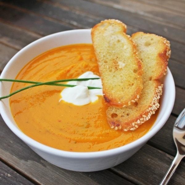 Kürbis-Karotten Suppe mit Parmesan Crustis