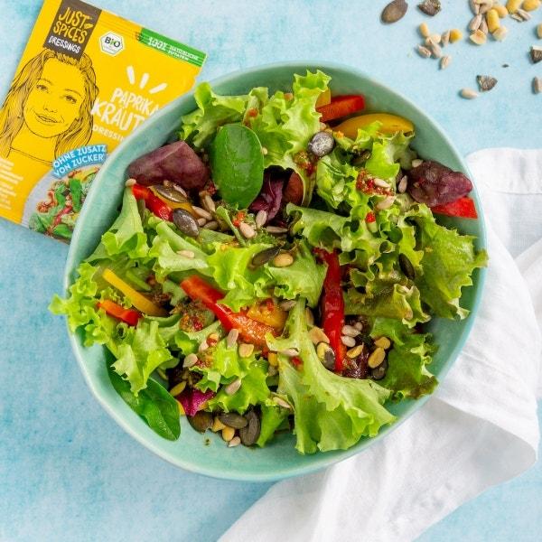 Fruchtiger Salat mit Paprika und Dressing Mix