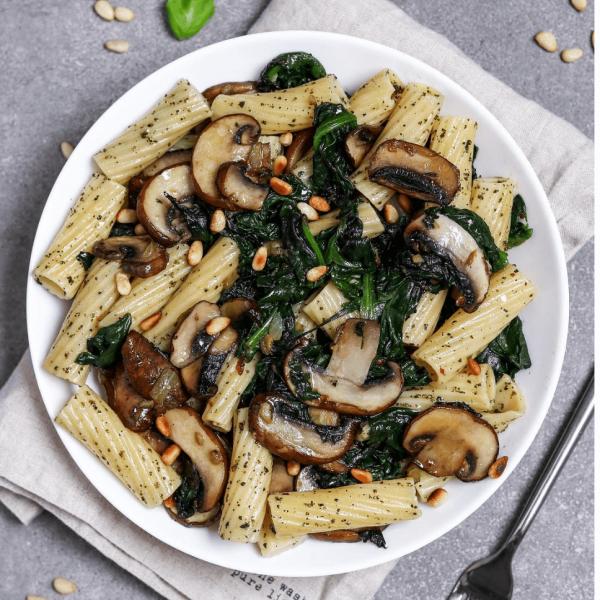 Pasta-Spinat-Champignon Pfanne mit Pesto