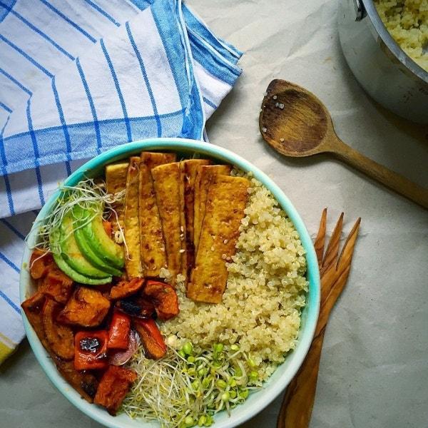 Quinoa Tofu Glücklichmacher Buddha Bowl