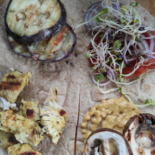 Wrap gefüllt mit gegrilltem Gemüse und Hähnchenbrust